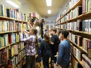 """2017. március 23. 6. osztály az """"Aranykereső"""" könyvtári vetélkedőn"""
